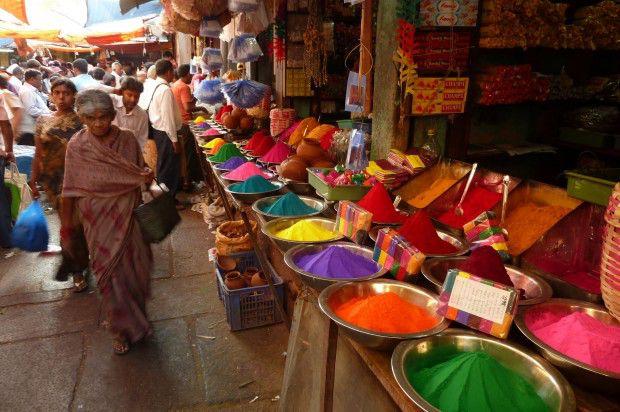 Farben für Holi auf einem Markt in Mysore. Quelle: http://de.wikipedia.org/wiki/Holi